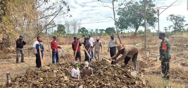 Obligan a cavar tumbas para víctimas de covid-19 a quienes no usen mascarilla en Indonesia