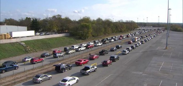 Texas: miles de autos forman filas en banco de alimentos