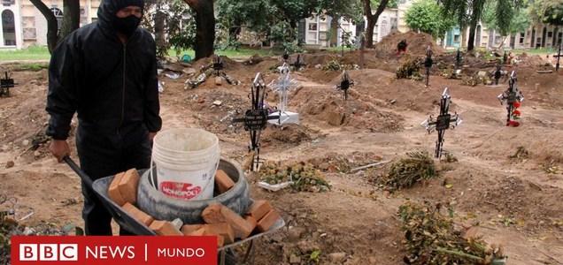 """""""Pasé de cavar 3 tumbas a 15 por día"""": el duro relato de un sepulturero de Bolivia"""
