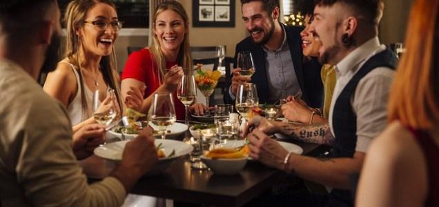 Amici a cena, quali precauzioni prendere