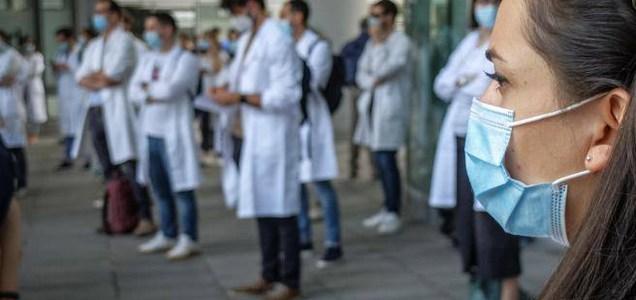 """10 esperti dicono che """"l'emergenza Covid è finita"""". Ma è scontro nella comunità scientifica"""