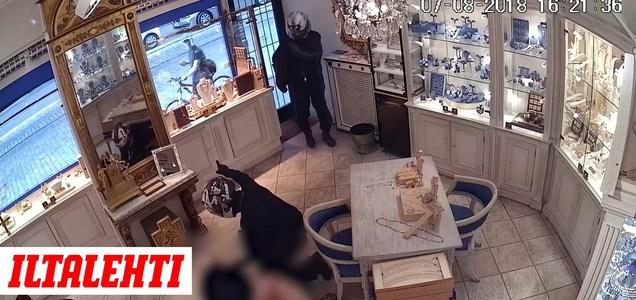 568e49e9e95 Katso video! Valvontakamera tallensi järkyttävät tapahtumat  helsinkiläisessä koruliikkeessä – Ryöstäjä riepotteli liikkeen myyjää  julmasti, kaksikko kahmi ...