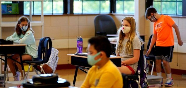 Retiros de maestros aumentan presión en escuelas en EEUU
