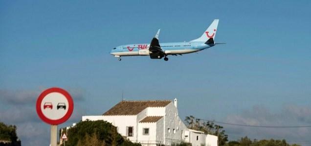 """Tutti senza mascherina sul volo Tui, sette positivi. La stampa inglese: """"Aereo pieno di covidioti"""""""