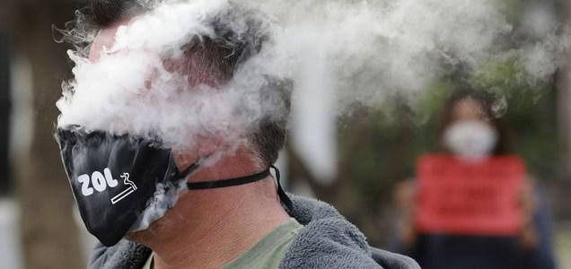 Se transmite el COVID-19 con el humo del cigarrillo?