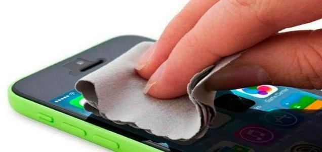 Así puedes desinfectar tu teléfono para evitar contagiarte de COVID-19 al tocarlo